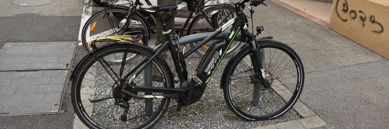 vélo dans parc deux-roues