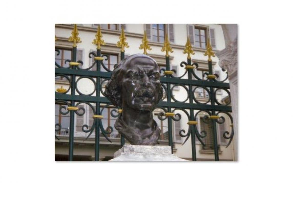Le buste de Pderewski devant l'Hôtel des 3 couronnes